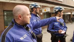 Falschfahrer und Ampelsünder im Visier: Jens Cissek und seine Kollegen von der Fahrradstaffel der Polizei platzieren sich an neuralgischen Punkten in Hamburg.