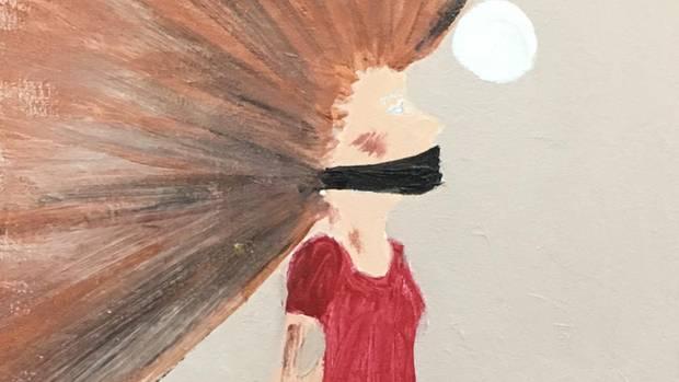 Der Mund mit einem schwarzen Tuch verbunden, die Haare stehen ab.