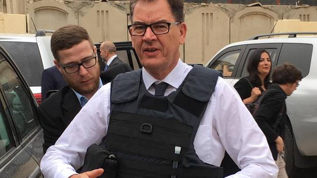 """Entwicklungsminister Gerd Müller wird in Bagdad die Sicherheitsweste festgezurrt. Deutschland unterstützt das """"women centre""""."""