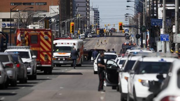 Polizei und Rettungskräfte an der Yonge St. und Finch Av. im Zentrum von Toronto