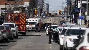 Polizei und Krankenwagen stehen in den der Straße, in der ein Mann mit einem Van mehrere Fußgänger überfahren hat