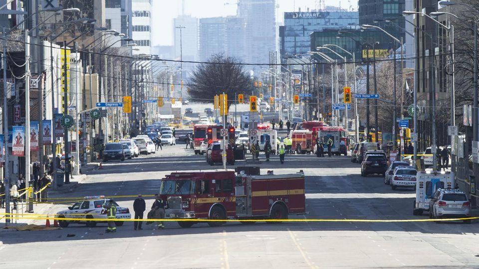 Lieferwagen rast in Menschenmenge in Toronto - zehn Tote, zahlreiche Verletzte