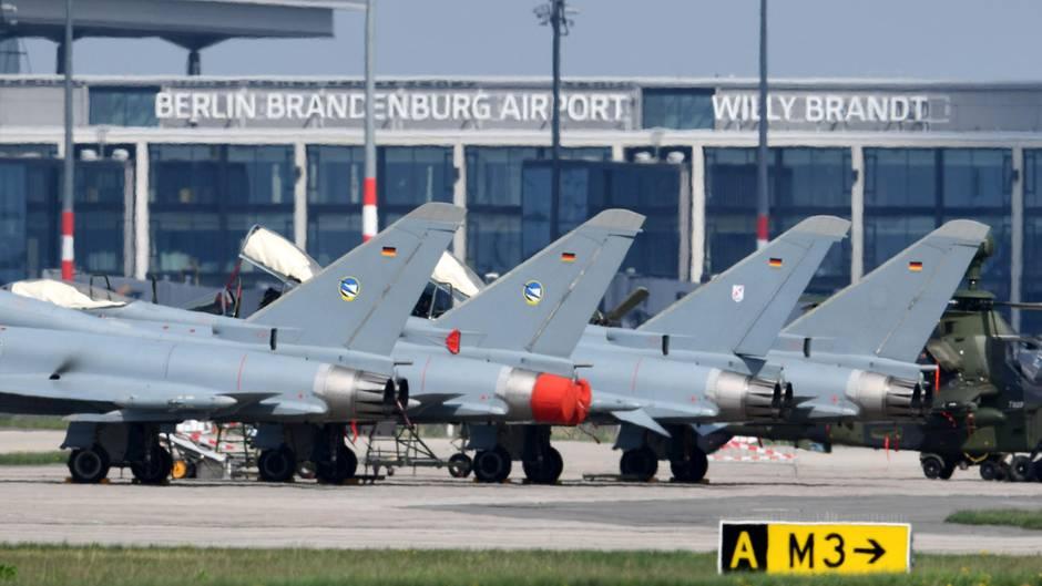 Eurofighter der Bundeswehr stehen am Flughafen in Berlin-Schönefeld