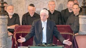 Josef Schuster in einer Synagoge