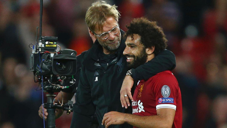 Jürgen Klopp umarmt seinen Spieler Mohamed Salah