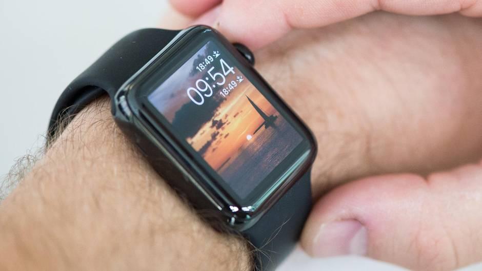 Ein Mann hat eine Smartwatch am Handgelenk