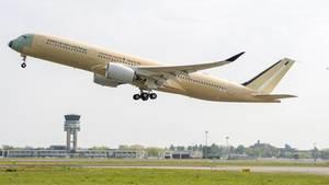 Hat den Jungfernflug absolviert: Der Airbus A350-900 ULR beim Start in Toulouse