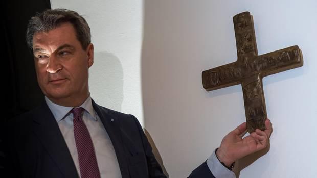 Markus Söder hängt im Eingangsbereich der Staatskanzlei ein Kreuz auf - Ab jetzt Pflicht in jeder Behörde