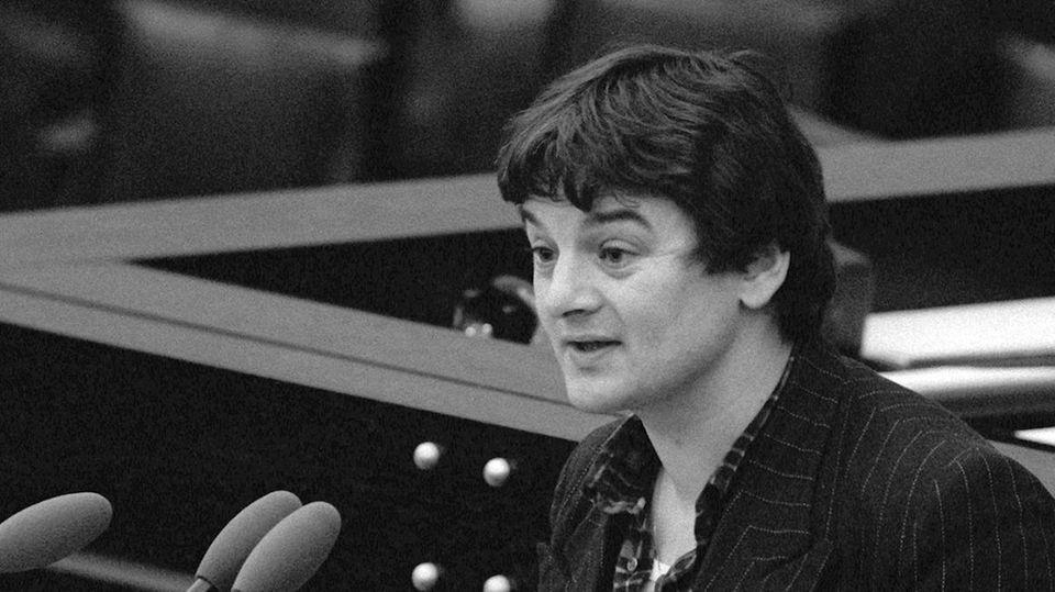 An Außenminister war damals noch nicht zu denken - aber die Zeit als Taxifahrer war schon passé: Der Grünen-Abgeordnete Joschka Fischer spricht 1984 bei einer Debatte im Parlament in Bonn.