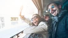 Frau und Mann, die aus einem Zug winken
