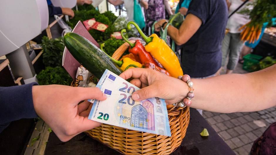 Eine Frau kauft Lebensmittel ein