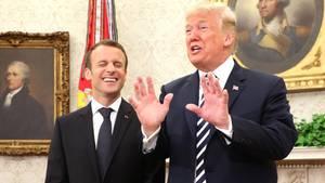 Emmanuel Macron (l.) und Donald Trump im Oval Office im Weißen Haus in Washington