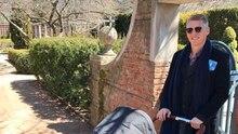 Bastian Schweinsteiger schiebt in blauem Mantel und mit Sonnenbrille einen Kinderwagen durch einen Park in Chicago