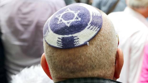 Ein Jude trägt eine Kippa mit einem aufgenähten Davidsstern