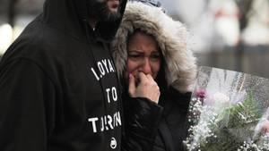 War der Todesfahrer aus Toronto von Frauenhass getrieben? Eine Frau trauert an der Unglücksstelle im Arm ihres Begleiters.