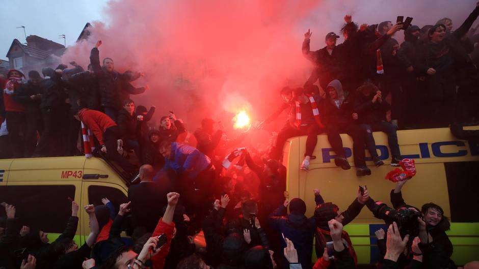 Polizeiwagen werden erklettert, Bengalos leuchten: Randale am Rand des Spiels Liverpool gegen AS Rom