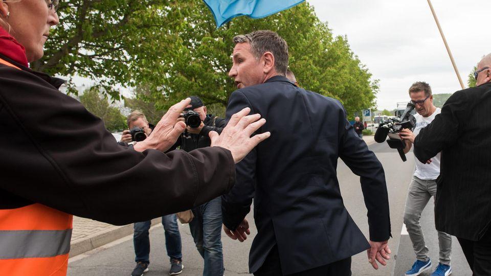 AfD-Chef Björn Höcke bei Opel-Beschäftigten unerwünscht - von Kundgebung abgedrängt