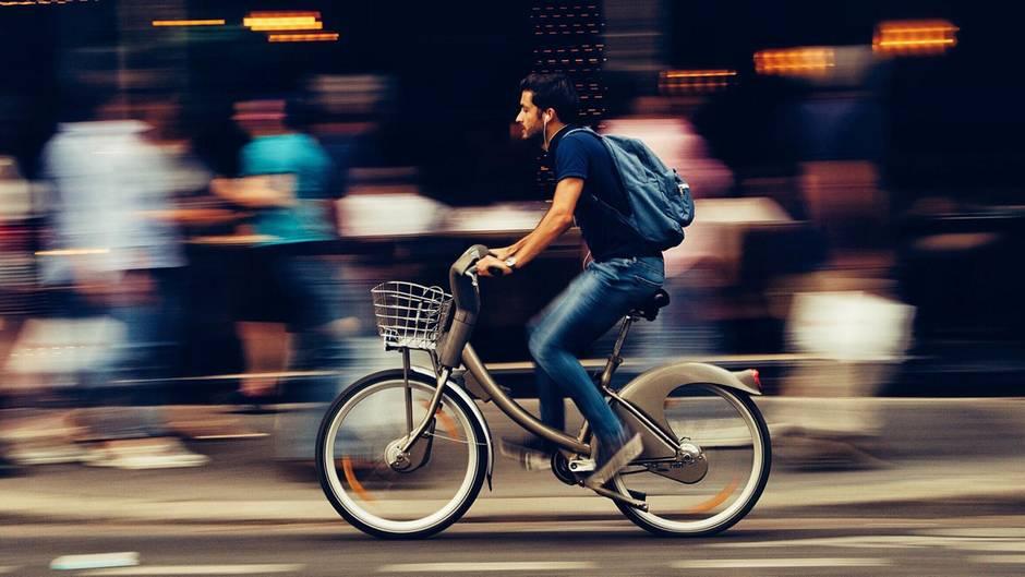 Fahrradfahrer in der Großstadt