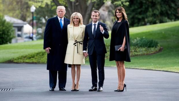 Zunächst zum offiziellen Teil: Ankunft am Weißen Haus. Donald rückt Brigitte Macron auf die Pelle, während sich Melania Trump (r.) noch größer macht, als sie ohnehin schon ist (1,80 Meter). Vielleicht sind aber auch nur die Absätze ihrerLouboutins zu kurz