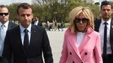 Direkt nach ihrer Ankunft besuchten der französische Präsident Emmanuel Macron und seine Frau Brigitte das Lincoln Memorial in Washington. Die Première Dame sorgte in ihrem rosa Louis-Vuitton-Mantel für Farbe zwischen all den Anzug tragenden Männern.