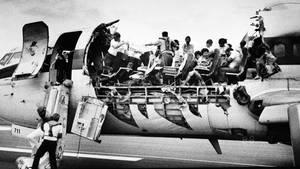 Unmittelbar nach der Notlandung auf dem Flughafen Kahului derHawaii-Insel Maui: In der vorderen Kabine hatten sich im Reiseflug Dach und Seitenwände gelöst.