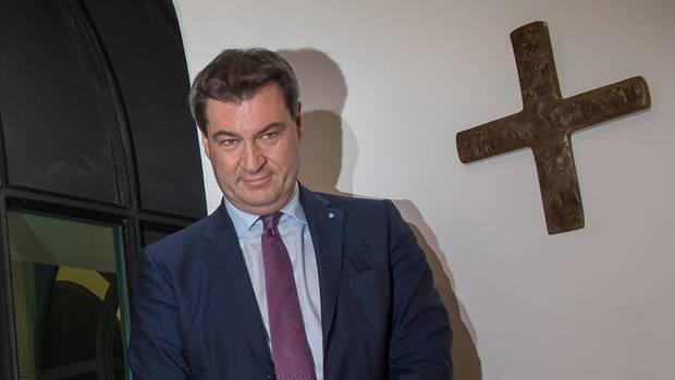 Markus Söder und Journalisten vor dem Kreuz in der Münchner Staatskanzlei
