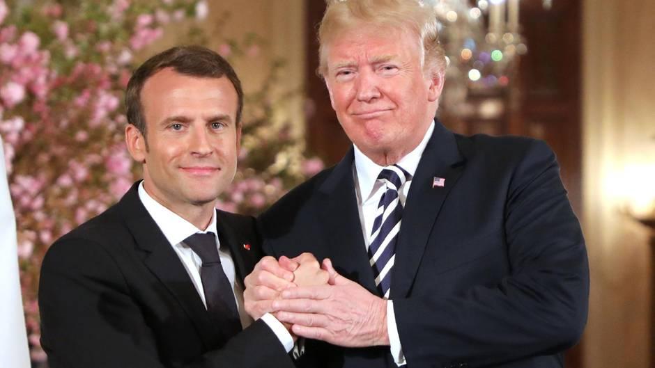 Donald Trump Und Emmanuel Macron Drei Hande Zwei Manner Eine