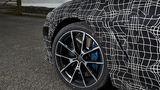 Der BMW 8er steht auf 20 Zoll Rädern