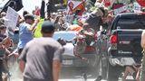 """Fotograf: Ryan M. Kelly    12. August 2017    2. Preis im Segment """"Einzelfotos""""  Menschen werden durch die Luft geschleudert, als ein Auto in eine Gruppe von Demonstranten gegen eine """"Unite the Right""""-Kundgebung in Charlottesville, Virginia, USA, hineinfährt.    Der Aufmarsch weißer Nationalisten richtete sich gegen die geplante Entfernung eines Standbilds des konföderierten Generals Robert E. Lee. James Alex Fields jr. raste mit seinem Auto in ein anderes Auto, das mit einem Kleinbus in eine Gruppe antirassistischer Demonstranten geschoben wurde. Heather Heyer (32) kam ums Leben, weitere 19 Menschen wurden verletzt. Fields entkam im eigenen Auto, wurde aber von der Polizei angehalten und später des Mordes angeklagt."""