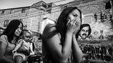 ... vom gleichen Fotografen stammt diese Szene aus Medellín, Kolumbien. Frauen laufen entlang einer Wandmalerei des Drogenbosses Pablo Escobar, der später Politiker wurde, im Barrio de la Milagrosa. Bevor er 1993 erschossen wurde, war Escobar in manchen Stadtteilen beliebt, weil er zum Bau von Wohnungen in ärmeren Vierteln beigetragen hatte.