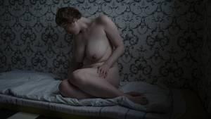 """Fotografin:Tatiana Vinogradova  29. März - 7. Dezember 2017  3. Preis im Segment """"Serien""""  Sexarbeiterinnen, fotografiert in ihren Wohnungen, in St. Petersburg, Russland. Nach amtlichen Statistiken gibt es in Russland eine Million Sexarbeiterinnen. Die Silberne Rose, eine NGO in St. Petersburg, schätzt die Zahl eher auf drei Millionen. Allein schon in St. Petersburg sollen über 50.000 Frauen in der Sexindustrie arbeiten. Der Rückgang der russischen Wirtschaft führte dazu, dass immer mehr Frauen, die ihre Stelle in der Wirtschaft oder im Bildungswesen verloren haben, Sexarbeiterinnen geworden sind.  Prostitution ist in Russland illegal. Obwohl die Strafen nicht sehr hoch sind (etwa 28 Euro), sind die Frauen erpressbar, weil sie sich vor den Konsequenzen einer Vorstrafe fürchten. Hier abgebildet istAlice (27), alleinstehende Mutter. Sie arbeitet seit zehn Jahren in der Sexindustrie, nachdem sie eine Ausbildung zur Modedesignerin abgebrochen hatte."""