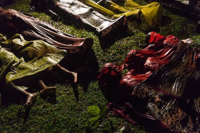 """Fotograf: Patrick Brown     28. September 2017    1. Preis im Segment """"Einzelfotos""""  Ertrunkene Rohingya-Flüchtlinge werden niedergelegt. Das Boot, in dem sie aus Myanmar zu flüchten versuchten, kenterte ungefähr acht Kilometer vor Inani Beach, bei Cox's Bazar, Bangladesch. Es waren rund 100 Menschen an Bord, nur 17 überlebten.    Die Rohingya sind eine vorwiegend muslimische Minderheit von schätzungsweise einer Million Menschen im Bundesstaat Rakhine im Westen Myanmars. Durch in den 80er-Jahren erlassene Gesetze verloren sie den Anspruch auf die myanmarische Staatsbürgerschaft. Am 25. August kam es in Myanmar zu Gewaltausbrüchen, nachdem militante Rohingya bei Überfällen auf Polizeistationen 12 Sicherheitskräfte getötet hatten. Daraufhin griffen die Behörden von Myanmar, mancherorts mit Unterstützung buddhistischer Gruppen, Rohingya-Dörfer an und brannten Häuser nieder. Nach UNHCR-Angaben hatte die Anzahl der daraufhin nach Bangladesch geflüchteten Rohingya am 28. September 500.000 erreicht."""
