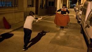 """Fotograf: Nikolai Linares     18.-22. Februar 2017    3. Preis im Segment """"Serien""""  Der Stierkampf, schon seit langem kontrovers, ist sogar in Spanien immer weniger beliebt. Aber im ganzen Land gibt es noch Jungen, die von einem glanzvollen Auftritt in der Arena träumen und Stierkampf-Schulen besuchen. In der Stierkampf-Schule Escuela Taurina Almería, in Almería, Spanien, üben die Jungen im Alter von 10 bis 16 dreimal wöchentlich. Das Mindestalter für die Teilnahme an einer echten corrida mit einem lebenden Stier ist 16 Jahre.    Hier trainieren zwei Jungen aus der Stierkampfschule nachts auf der Straße."""