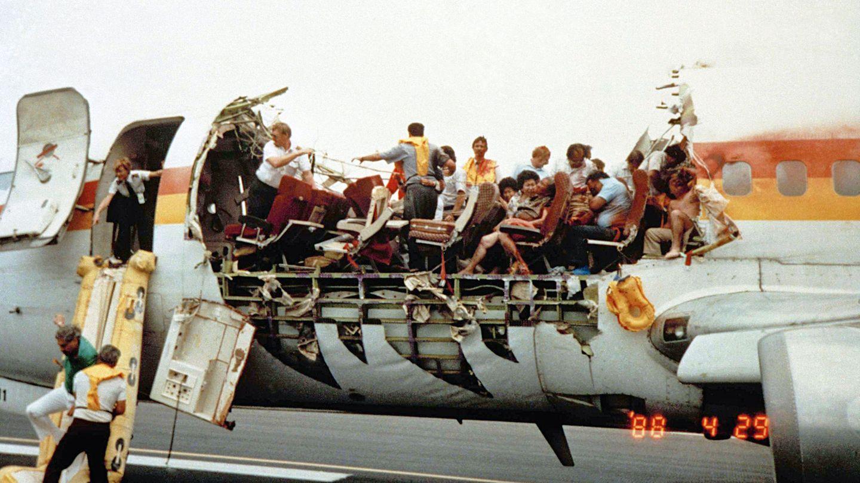 Unmittelbar nach der Notlandung auf dem Flughafen Kahului der Hawaii-Insel Maui: In der vorderen Kabine hatten sich im Reiseflug Dach und Seitenwände gelöst.