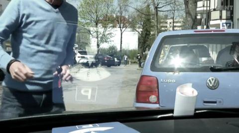 """Parkverbot in Brasilien: Auto eines Falschparkers wird mit """"Denkzetteln"""" zugekleistert"""