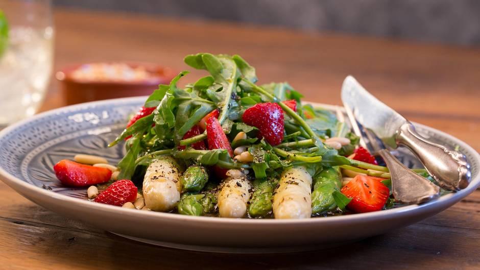 Fruchtig-frisches Rezept: Dieser Spargel-Erdbeer-Salat passt perfekt zum Frühling