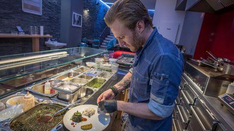 """Einen Vorspeisenteller zeigt ein Koch im Szene-Restaurant """"Guck mal wer da kocht"""". Das Konzept der beiden Betreiber sieht vor, die Betreiber des Restaurant innerhalb weniger Wochen zu wechseln, um so den Gästen eine stets wechselnde Küche zu bieten."""