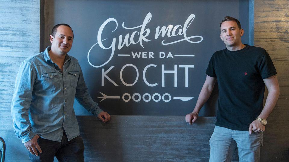 """Hernando Ospina (l) und Daniele Marino stehen in ihrem Restaurant """"Guck mal wer da kocht""""."""