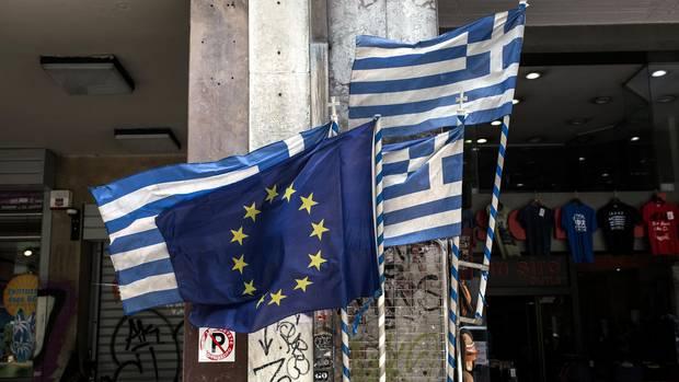 Griechenland: Eine EU-Flagge und griechische Flaggen wehen