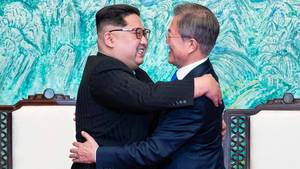 Nordkoreas Diktator Kim Jong-un und Südkoreas Präsident Moon Jae-in umarmen sich