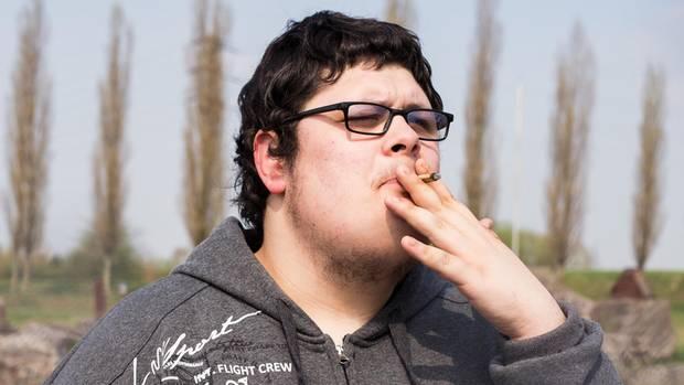"""Tourette-Syndrom  """"Ich habe viele Tics, die ich nicht unterdrücken kann. Mein Kopf zuckt, ich beiße mir in die Hand, ich stoße Schimpfwörter aus wie 'Du Schlampe' oder 'Hurensohn'. Anderen kommt so etwas für einen flüchtigen Moment in den Kopf, bei mir baut sich ein großer Druck auf, dann kommen sie über die Lippen. Neuroleptika haben mir früher gut geholfen, aber ich wurde dick, und irgendwann wirkten sie nicht mehr. Seit fünf Monaten rauche ich Cannabis und bin fast Tic-frei. Ich hoffe, das bleibt so.""""  Oliver Bödeker, 23"""