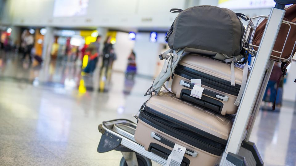 Wer schon bei der Buchung weiß, ob er ein Gepäckstück aufgeben wird, fliegt günstiger.