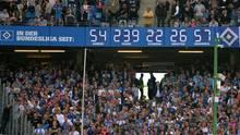 Die berühmte Bundesliga-Uhr im Volksparkstadion des HSV