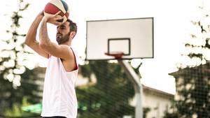 Basketballtreffer: rückwärts und aus 30 Metern Entfernung
