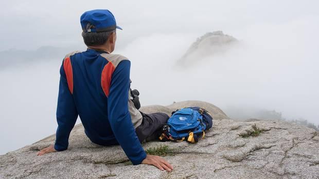 """Im Nebel auf dem Gipfel des Bukhansan, dem """"großen Berg im Norden"""", so die wörtliche Übersetzung."""