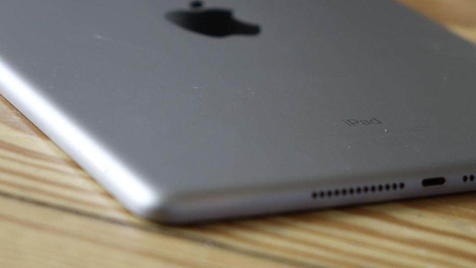 Das iPad Pro hat vier Lautsprecher, das 9,7-Zoll-Modell nur zwei. Der Sound klingt dadurch weniger räumlich.