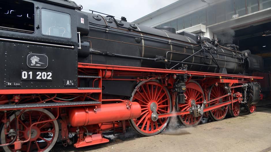 Eine Dampflok Dampflok der Baureihe 01 steht im Bahnbetriebswerk Trier