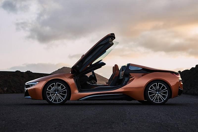 Die Flügeltüren des BMW i8 Roadster sind aus carbonfaserverstärktem Kunststoff