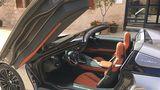 Die Türen schwingen weit auf beim BMW i8 Roadster