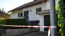 Absperrband der Polizei hängt vor dem Haus in Künzelsau, in dem ein Siebenjähriger tot aufgefunden wurde.